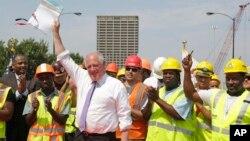 Thống đốc bang Illinois, Pat Quinn, giơ cao kế hoạch chi tiêu khoảng một tỷ đôla nhằm tạo việc làm và giúp sửa chữa đường xá, cầu cống của bang