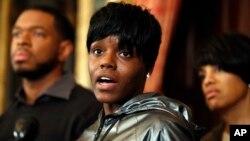 Fredricka Gray, centro, la hermana gemela de Freddie Gray, habla durante una rueda de prensa en Baltimore.