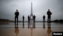 Les soldats français patrouillent près de la Tour Eiffel à Paris, France, le 3 mai 2017.