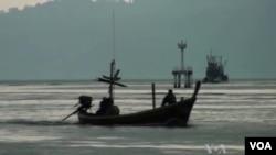 Para pengungsi Rohingya yang melarikan diri dari Burma tiba di Thailand (Foto: dok). Organisasi HAM, Human Rights Watch menyerukan penyelidikan terkait insiden penembakan serombongan pengungsi perahu Rohingnya (13/3). Insiden tersebut menewaskan dua orang pengungsi, dalam upaya mendorong rombongan tersebut kembali ke laut.