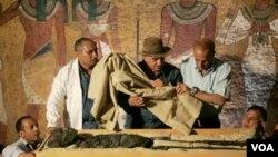 Seorang arkeolog mengawasi pemindahan mumi Raja Tut dari sarkofagusnya di Luxor (foto: dok). Kekayaan arkeologi Mesir terus menarik para pakar dari seluruh dunia untuk mempelajarinya.
