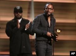 لامار جایزه «گرمی» برای بهترین آلبوم رپ را برای دومین آلبوم خود، To Pimp A Butterfly دریافت میکند