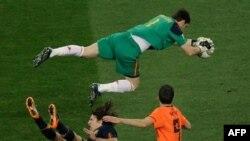 Thủ môn Tây Ban Nha, Iker Casillas, đã cứu nguy khung thành trước tuyển thủ Hà Lan Robin van Persie, phải, và Tây Ban Nha Carles Puyol trong trận chung kết World Cup, 11/7/2010
