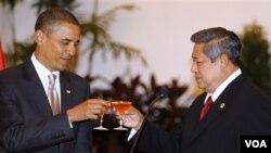 Presiden Barack Obama and Presiden Yudhoyono melakukan toast saat acara jamuan kenegaraan di Istana Negara, Selasa malam.