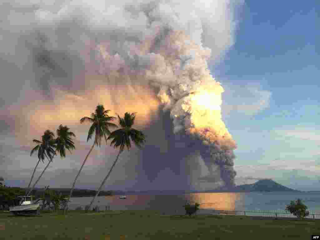 Núi lửa Tavurvur nhả khói ở miền đông Papua New Guinea, phun đá và tro bụi vào không khí và buộc các cộng đồng địa phương phải di tản và các chuyến bay quốc tế phải tái định tuyến. Núi lửa Tavurvur phá hủy thị trấn Rabaul khi nó phun trào cùng lúc với Núi lửa Vulcan gần đó năm 1994. (AFP/Oliver Bluett)