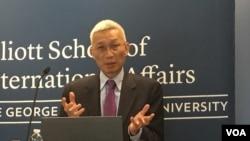 裴敏欣在美国乔治·华盛顿大学就他的新书发表演讲(2016年10月,美国之音斯洋拍摄)。