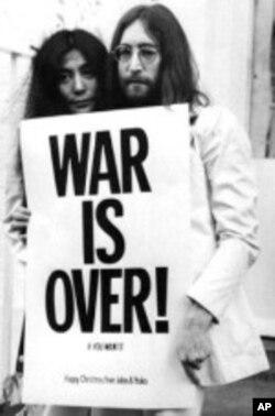 """জন লেনন এবং তাঁর স্ত্রী ইয়োকো ওনোর """"হ্যাপি ক্রিসমাস, ওয়ার ইস অভার"""" - যুদ্ধ শেষ"""