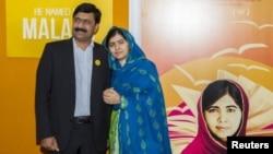 Malala otasi Ziyovuddin Yusufzoy bilan