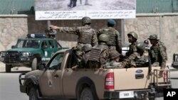 Бойцы сил Национальной безопасности Афганистана у въезда в президентский дворец