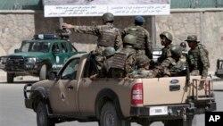 Lực lượng an ninh quốc gia Afghanistan đến hiện trường vụ tấn công tại cổng vào của dinh tổng thống ở thủ đô Kabul, ngày 25/6/2013.