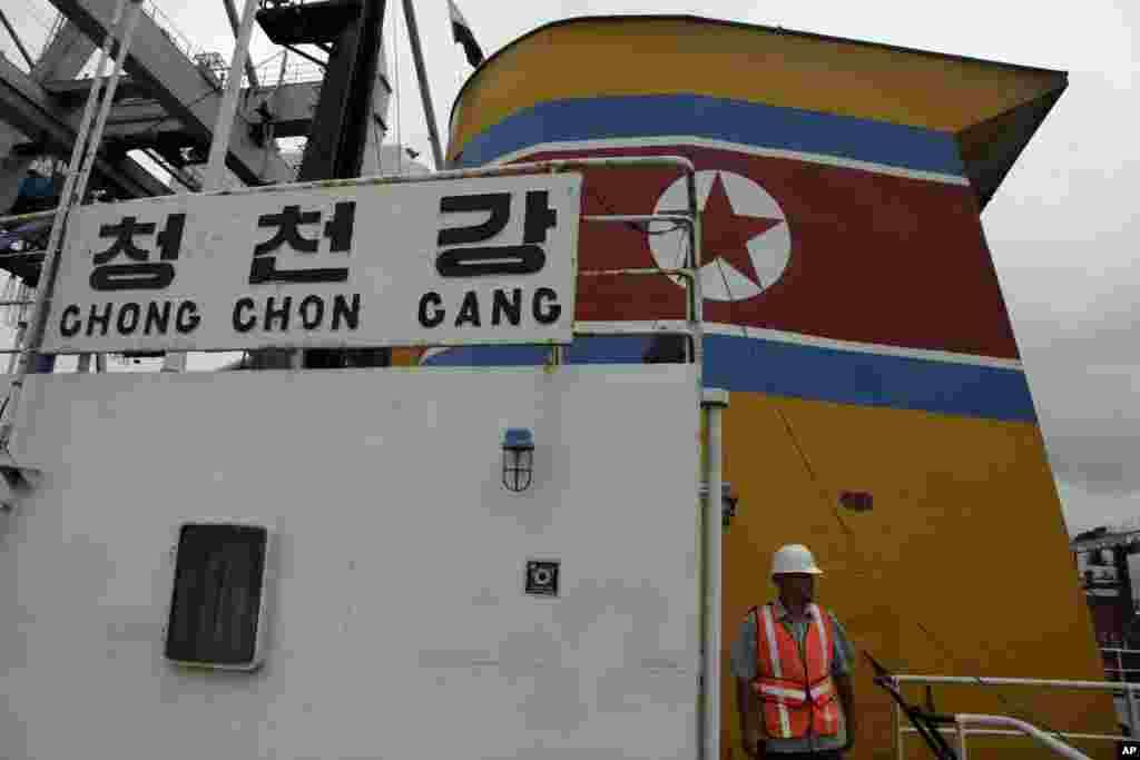"""Integrantes de la seguridad presidencial de Panamá caminan sobre el puente del barco de bandera norcoreana """"Chong Chon Gang"""", detenido en Panamá transportando armas sin declarar. (AP Photo/Arnulfo Franco)"""