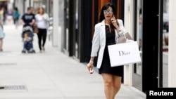 17일 미국 비버리힐스 시의 쇼핑가에서 한 여성이 쇼핑백을 들고 걷고 있다. (자료사진)