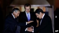 به گفته یکی از سخنگویان سازمان ملل متحد، اسپن بارت آید مشاور این سازمان در امور قبرس (نفر وسط) در مقام خود باقی خواهد ماند.