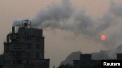 Một nhà máy nhả khói ở ngoại thành Hà Nội.