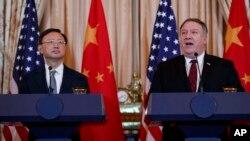 中国中共中央政治局委员、中央外事工作委员会办公室主任杨洁篪2018年11月9日在华盛顿美国国务院出席联合记者会。