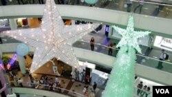 Pengunjung meramaikan mal-mal di Jakarta yang berhiaskan dekorasi Natal di musim belanja akhir tahun ini.