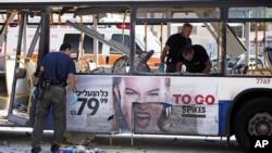 Израиль, Тель-Авив, 21 ноября 2012г. Полиция осматривает поврежденный взрывом автобус.