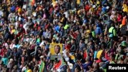 六万余人云集约翰内斯堡向曼德拉致敬