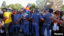 12月13日南非警察维护瞻仰曼德拉的队伍秩序