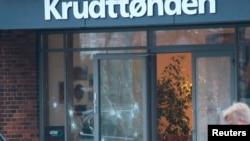 Oštećena stakla na kafiću u Kopenhagenu gde je trebalo da bude održana diskusija