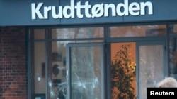កញ្ចក់បែកនៅកន្លែងកើតហេតុនៃការបាញ់ប្រហារនៅក្នុងក្រុងកូប៉ិនហាក (Copenhagen) កាលពីថ្ងៃទី១៤ ខែកុម្ភៈ ឆ្នាំ២០១៥។