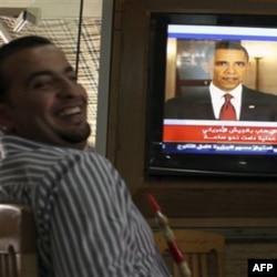 Iordaniyada odamlar Barak Obamaning e'lonini tomosha qilmoqda, 2 may 2011