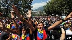 Para mahasiswa/i dalam demonstrasi menentang Presiden Venezuela Nicolas Maduro di Caracas, Venezuela (14/2). (AP/Fernando Llano)