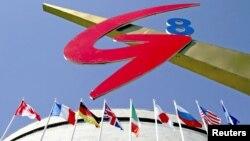 Nhóm G8 – gồm Anh, Pháp, Canada, Nhật Bản, Ý, Đức, Nga, và Hoa Kỳ - chiếm 50% sản lượng kinh tế thế giới.
