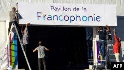 Les travailleurs accrochent un panneau pour le XVIIe sommet de la Francophonie à Erevan, le 6 octobre 2018.