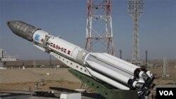 Roket pendorong Proton-M yang membawa satelit telekomunikasi AM4-Ekspres sebelum peluncuran di Baikonur (18/8). Rusia kehilangan komunikasi dengan satelit AM4 sesaat setelah peluncuran.
