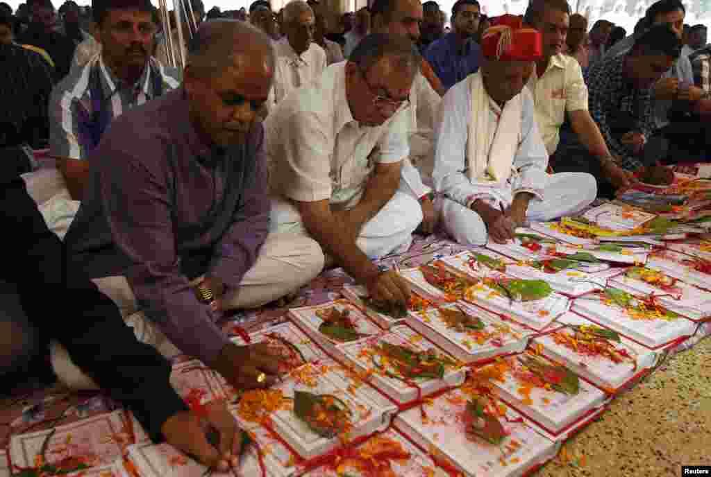ہندو روایات کے مطابق اس دن کو دولت کی دیوی لکشمی سے بھی منسوب کیا جاتا ہے۔