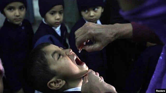 Trẻ em Pakistan được chủng ngừa bại liệt. Các ca bệnh bại liệt đã tăng mạnh tại Pakistan trong những năm gần đây.