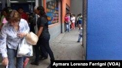 Los venezolanos invierten parte de su día buscando los alimentos básicos y haciendo colas para poder comprarlos.