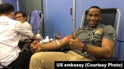 Một người Mỹ hiến máu nhân đạo tại Đại sứ quán Mỹ ở Hà Nội.