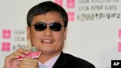 中國盲人維權活動人士陳光誠在台灣的記者會上正在聆聽記者的提問。