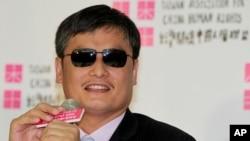 타이완을 방문한 천광청이 24일 타이페이에서 기자회견을 갖고 있다.