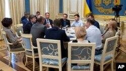 Presiden Ukraina Volodymyr Zelenskiy (tengah) berbicara dalam sebuah pertemuan di Kyiv, Ukraine, May 21, 2019.