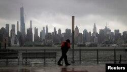 New Jersey eyaletinin Manhattan'a bakan Hudson Nehri kıyısında bir kişi, Tropik Fırtına Isaias'ın yol açtığı şiddetli rüzgar ve yağışa karşı yürürken