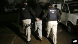 지난해 3월 미국 텍사즈 주 달라스 시에서 이민국 직원들이 불법 이민자를 체포하고 있다. (자료사진)