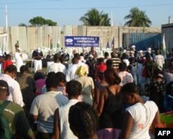 慈济志工对海地地震灾民举行说明会