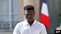លោកMamoudou Gassama វ័យ២២ឆ្នាំ មកពីប្រទេសម៉ាលី ចាកចេញពីវិមាន Elysee បន្ទាប់ពីលោកបានជួបជាមួយនឹងលោកប្រធានាធិបតីបារាំង Emmanuel Macron នោក្នុងក្រុងប៉ារីស ប្រទេសបារាំង កាលពីថ្ងៃទី២៨ ខែឧសភា ឆ្នាំ២០១៨។