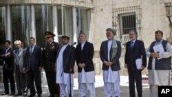 阿富汗總統卡爾扎伊(中)和副總統以及部分內閣成員就美軍撤出阿富汗的決定發表講話。