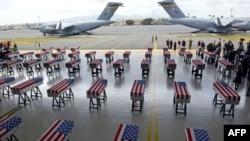Los ataúdes cubiertos con la bandera de EE.UU. conteniendo los restos de 55 soldados estadounidenses son vistos a su arribo a la base Pearl Harbor-Hickman, en Honolulu, Hawái, el miércoles, 1 de agosto de 2018.