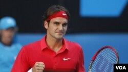 Roger Federer merayakan kemenangannya atas Juan Martin del Potro dan lolos ke semifinal Australia Terbuka (24/1).