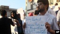 Demonstran dalam protes mengecam serangan kedubes AS di Libya. (AP/Ibrahim Alaguri)