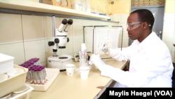 Gérard Niyondiko, fondateur de Faso Soap dans son laboratoire à Ouagadougou au Burkina Faso.