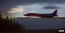 미 공군 B-1B 랜서 전략폭격기가 지난 23일 괌 앤더슨 공군기지에서 출격을 준비하고 있다. (미 국방부 제공)