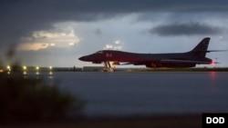 B-1B 랜서 전략 폭격기가 23일 괌의 앤더슨 공군기지에서 출격을 준비하는 모습 (미 국방부 제공)