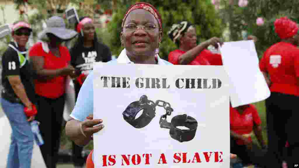 A woman attends a demonstration calling on the government to increase efforts to rescue the 276 missing kidnapped school girls of a government secondary school Chibok, in Lagos, Nigeria, May 5, 2014.