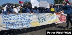 Mahasiswa menuntut pembatalan pengesahan UU KPK yang dianggap melemahkan tugas dan fungsi KPK sebagai lembaga anti korupsi (Foto: VOA/Petrus Riski).